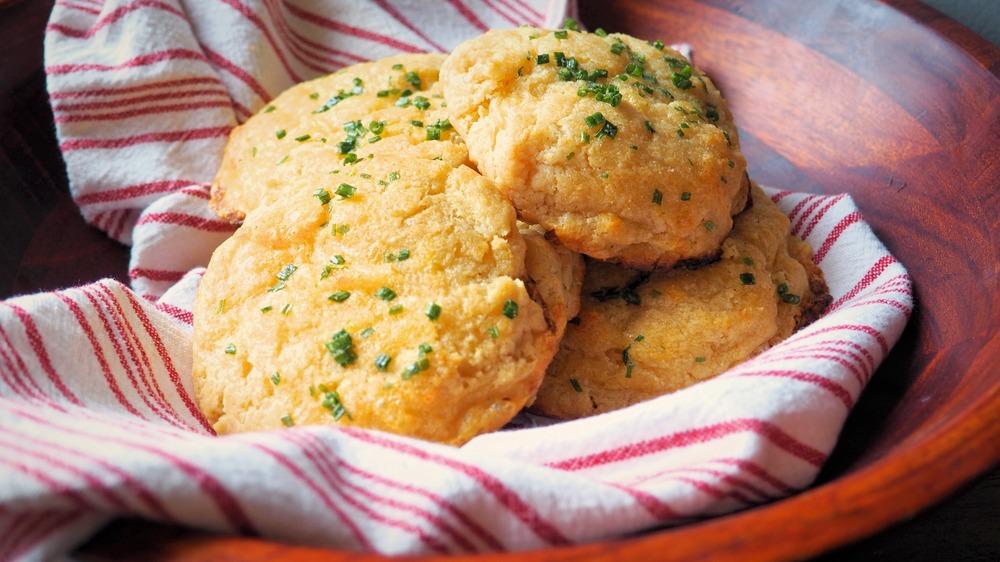 5-ingredient garlic cheddar biscuits