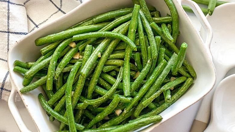 air fryer green beans in dish