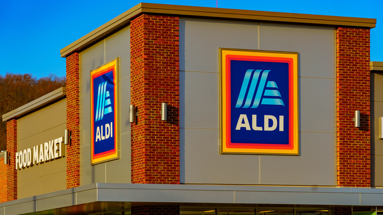 Exterior of an Aldi grocery store