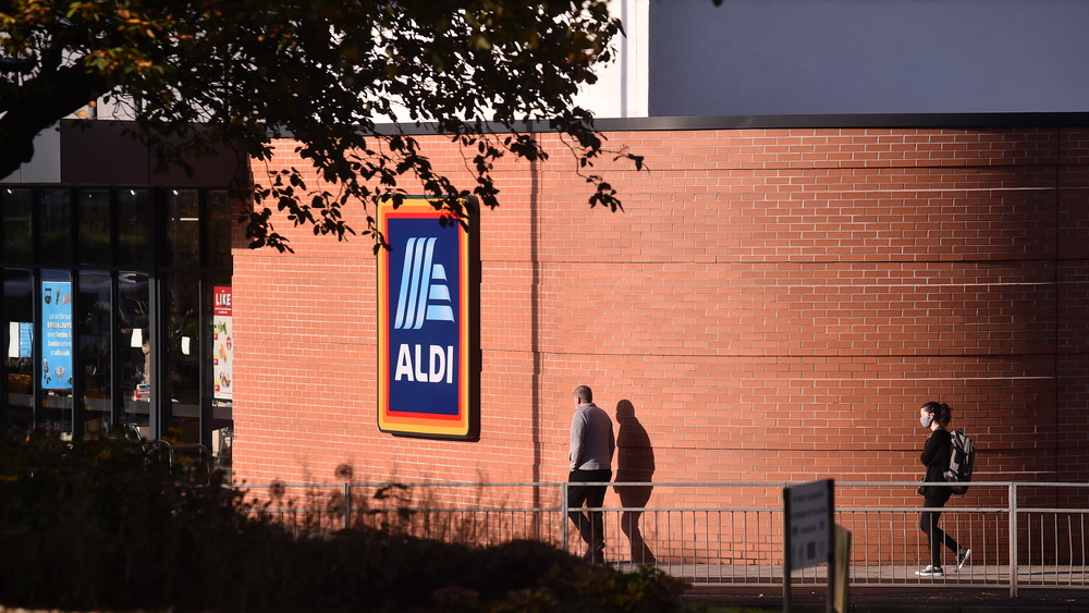 two people going into an aldi store
