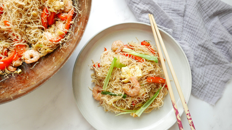 Pan fried vermicelli with prawn