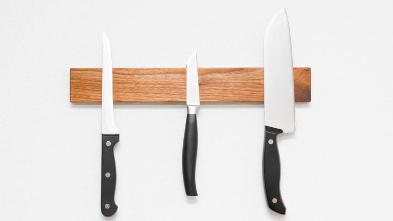 knives on wooden magnetic knife holder