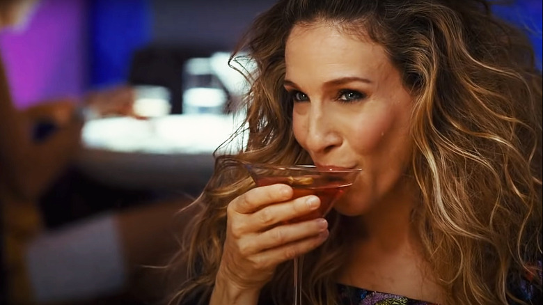 Carrie Bradshaw drinking cosmopolitan cocktail