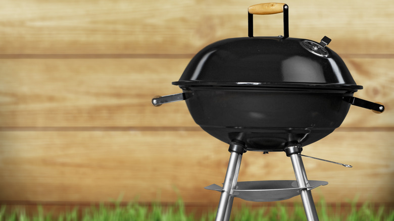 Kettle-style charcoal grill
