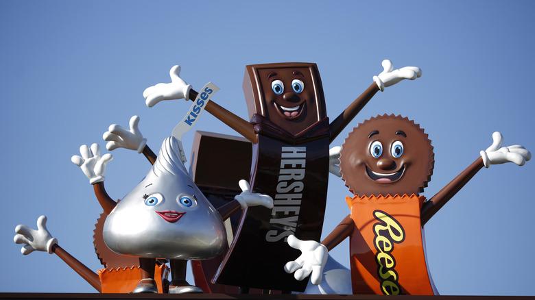 Hershey's Chocolate World mascots on roof