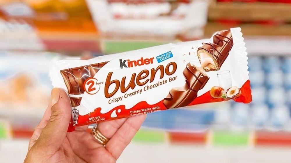 Kinder Bueno Bar in hand