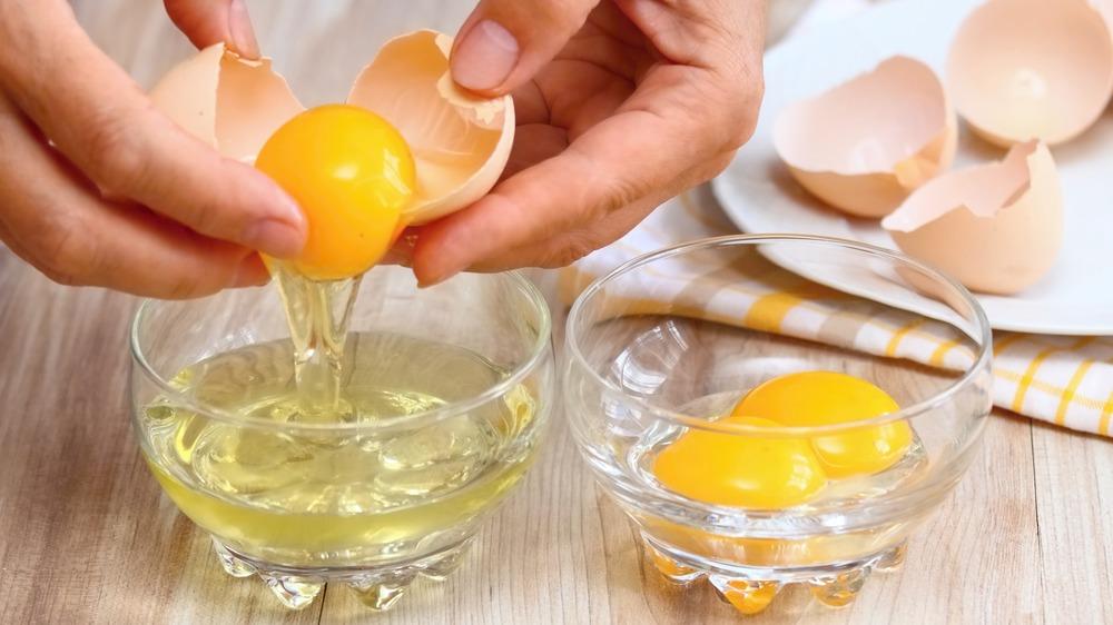 Cracking raw egg