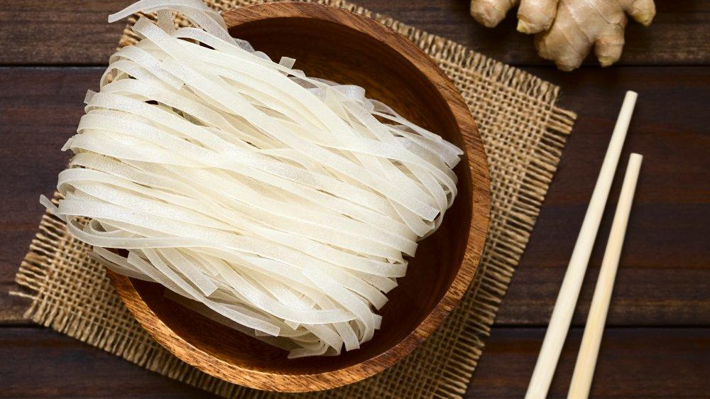 Dry rice noodles