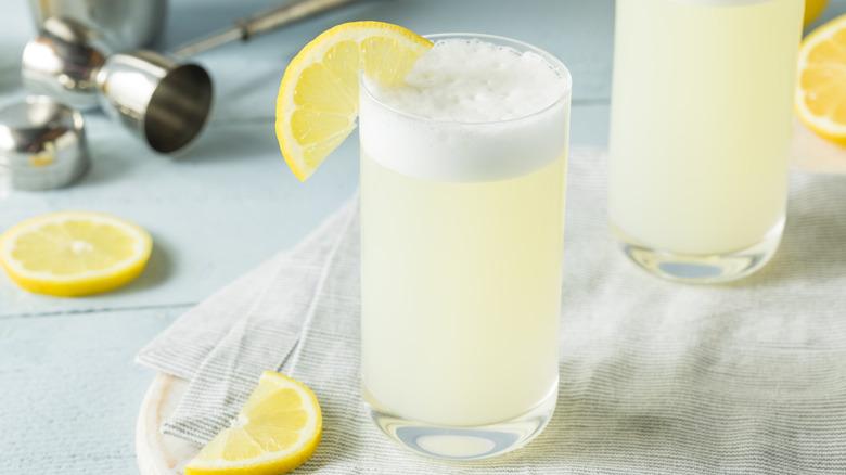 Gin fizz with lemon slice