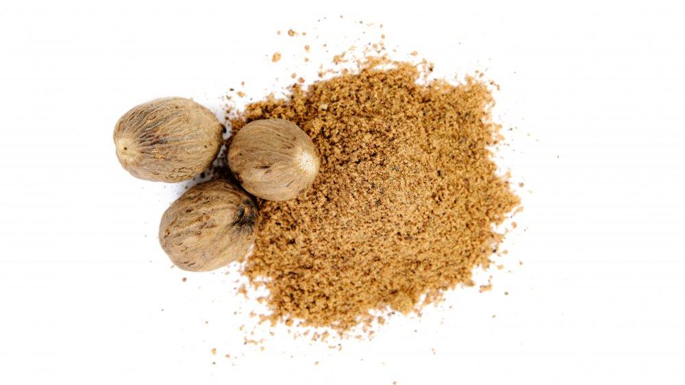 Whole and ground nutmeg