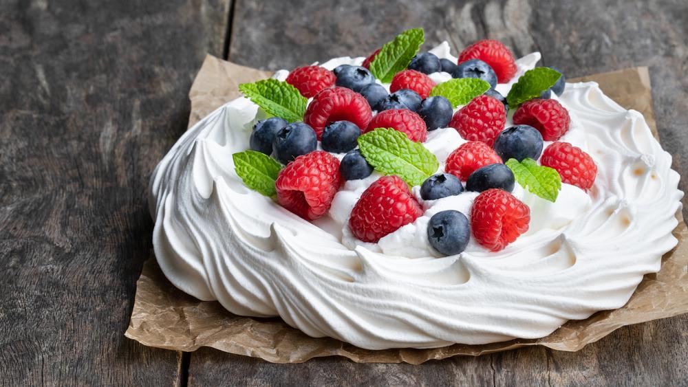 Pavlova meringue dessert