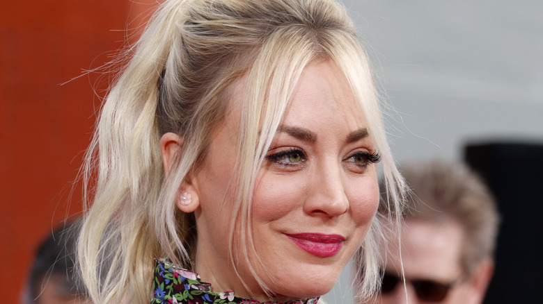 kaley cuoco appearing at event