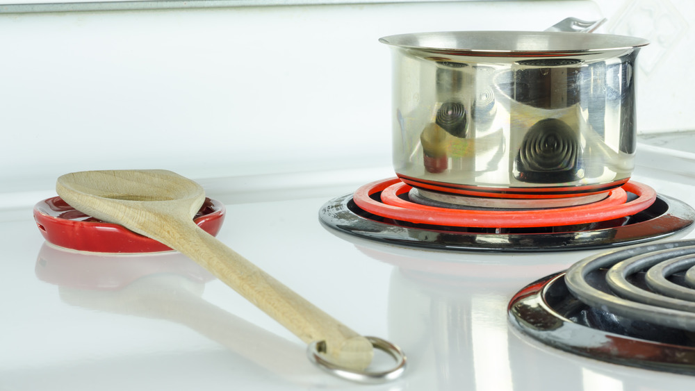 Electric stove with pot