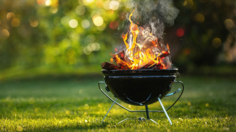 Kettle grill with flames