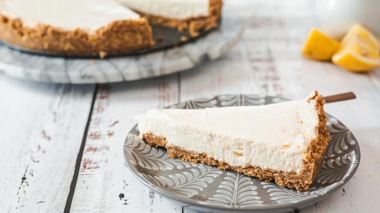cheesecake slice and cheesecake