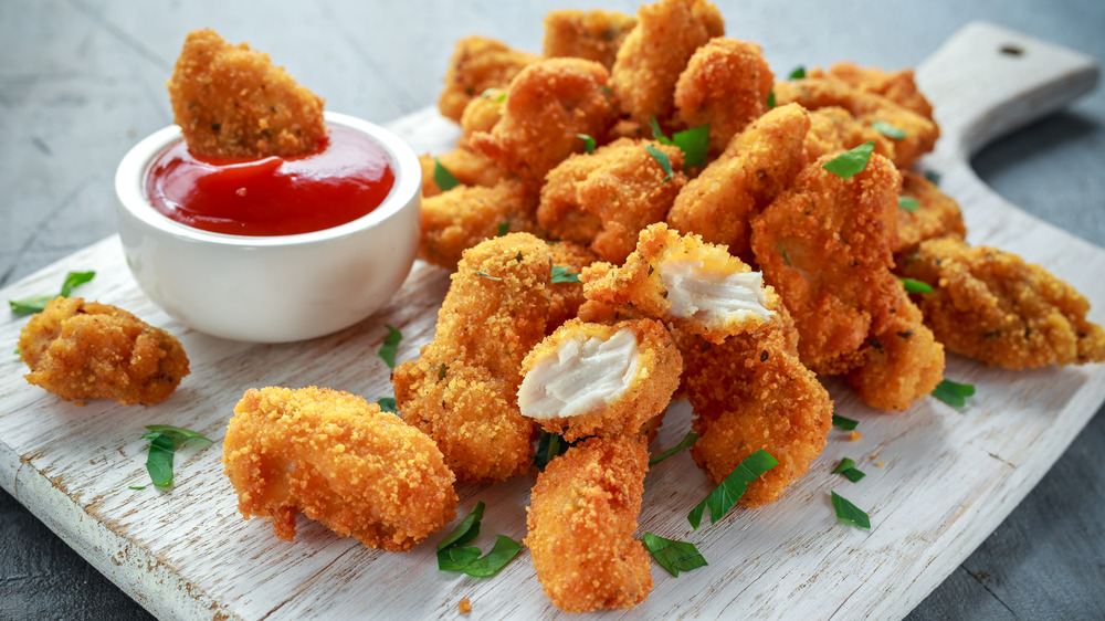 Chicken nuggets with dipping sauce