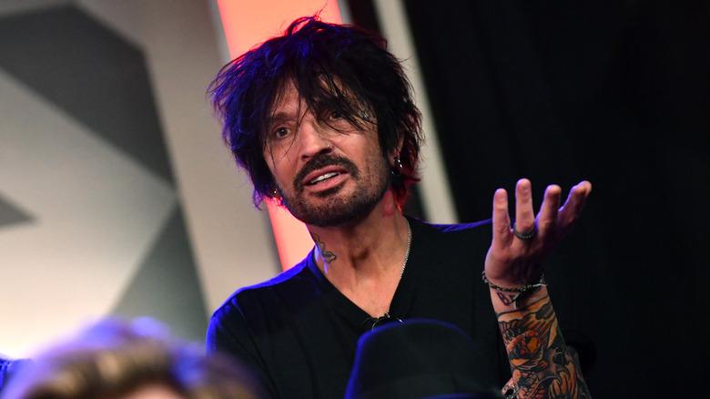 Rocker Tommy Lee looks confused
