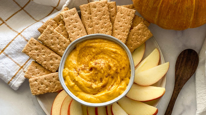 pumpkin pie dip with diippers