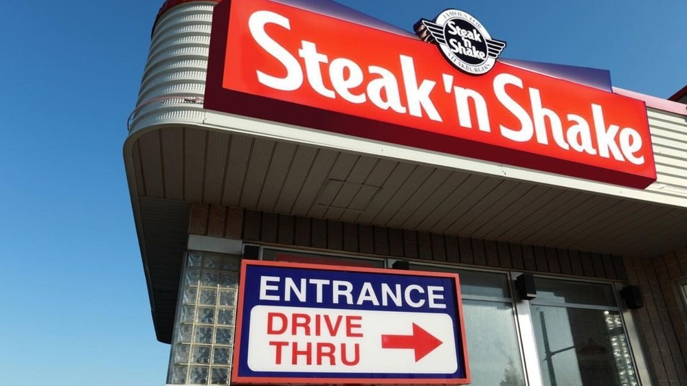 A Steak 'n Shake sign