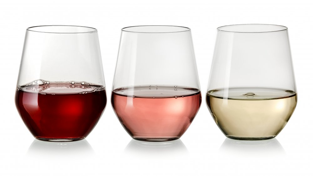 white-rose-red-wine-in-glasses