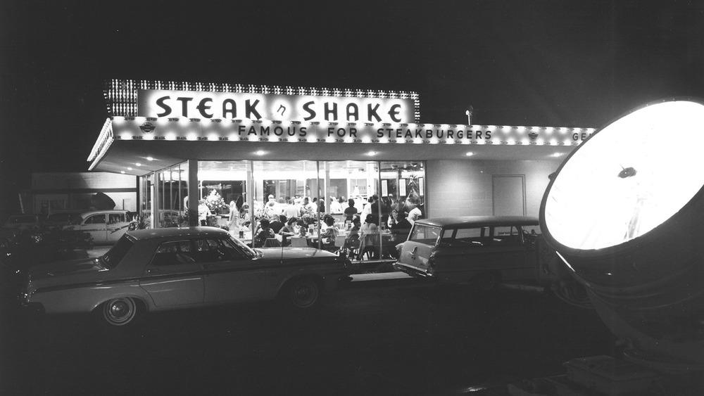 Steak 'n Shake retro diner storefront
