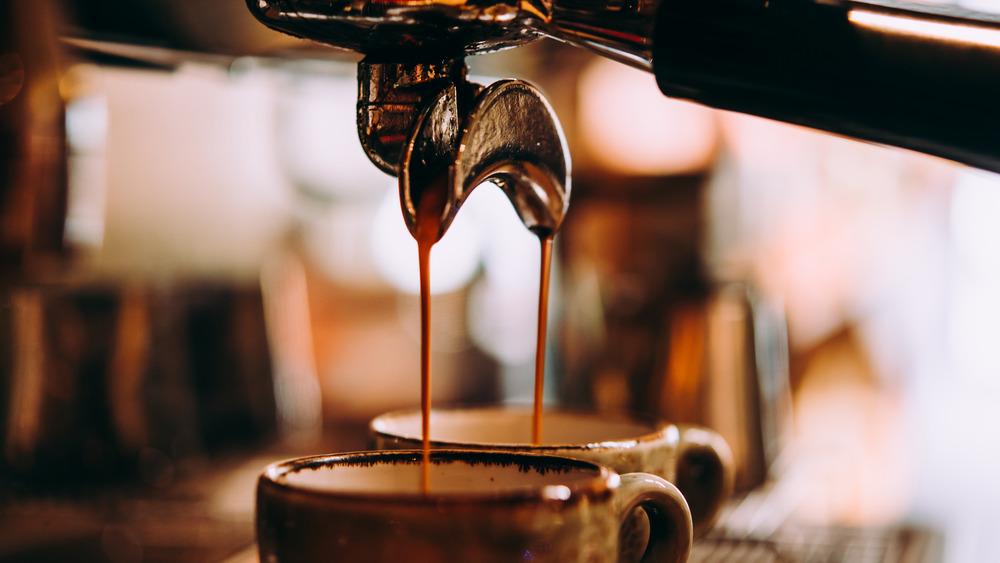 Espresso machine filling mugs