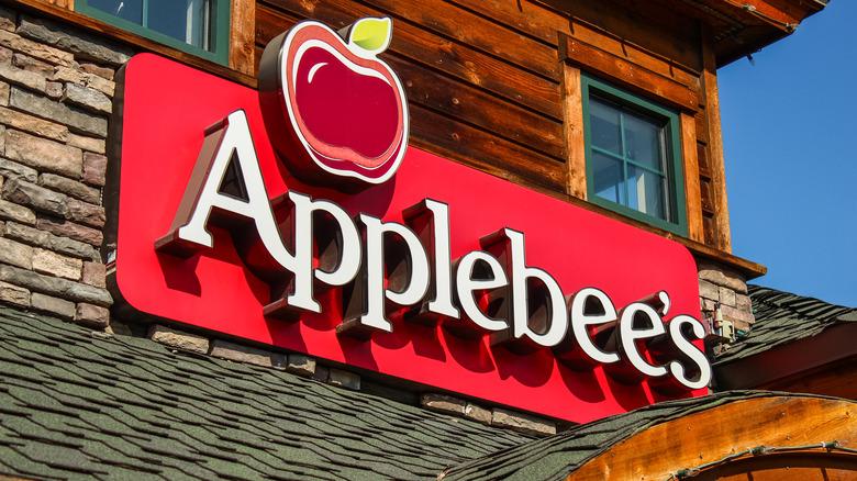An Applebee's sign