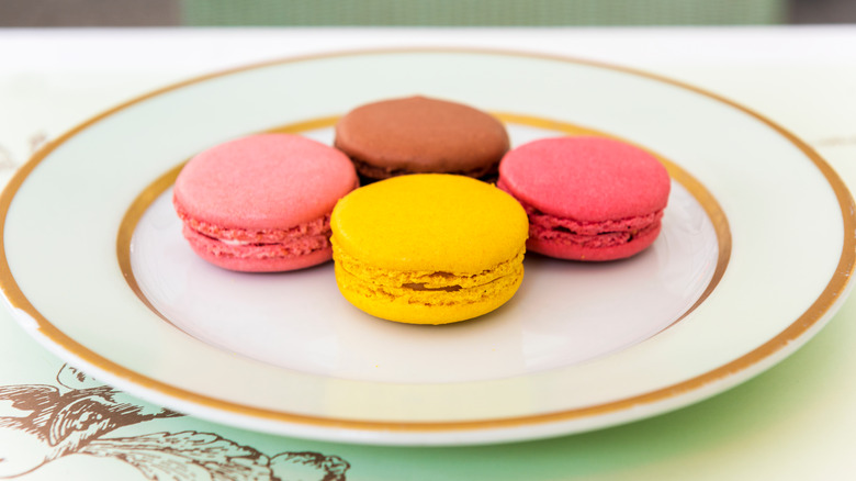 A plate of macarons
