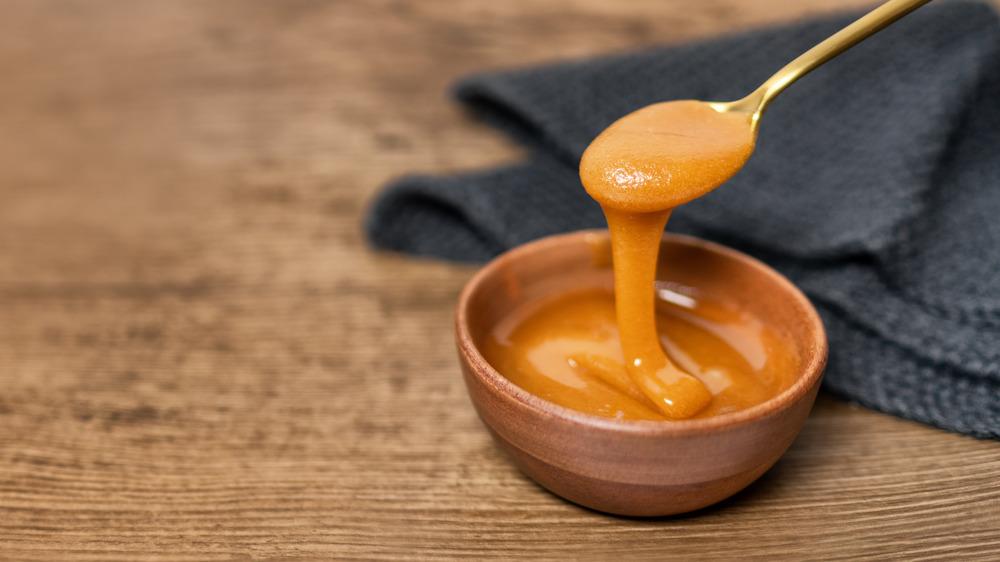 A bowl of Manuka honey