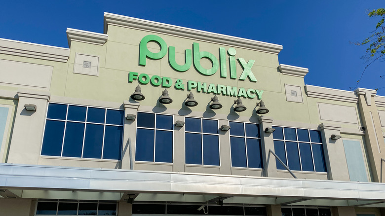 Green Publix logo on outside of white building