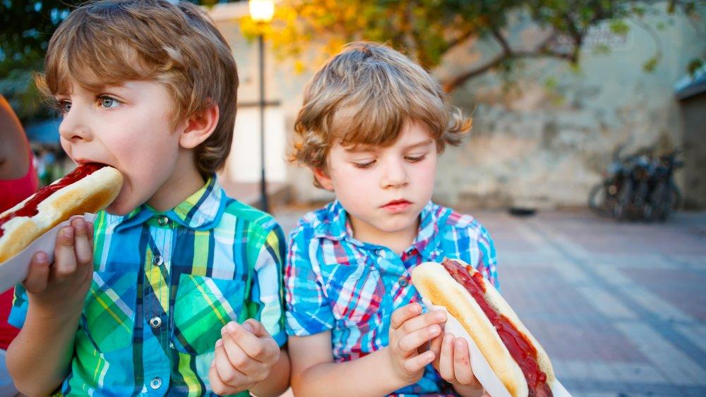 children eating hot dogs
