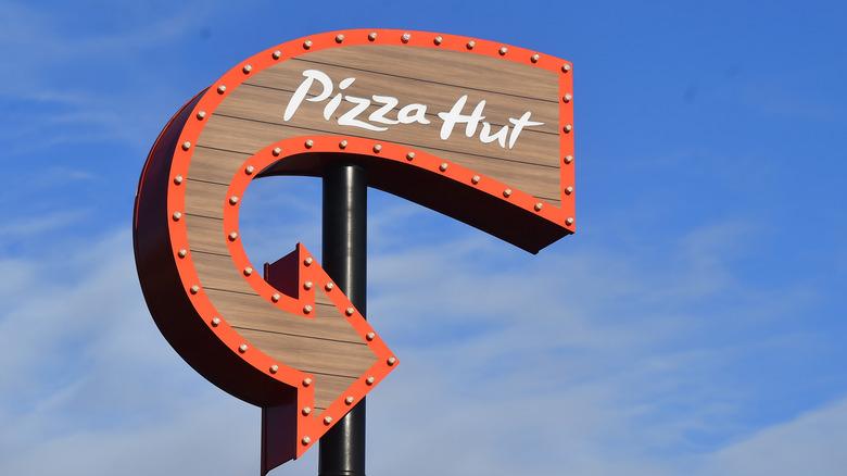 Pizza Hut restaurant sign