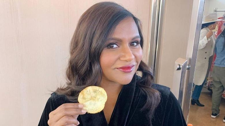 mindy kaling eating, eating potato chips