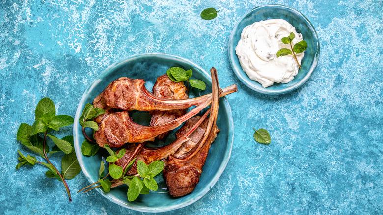Lamb chops with mint and yogurt