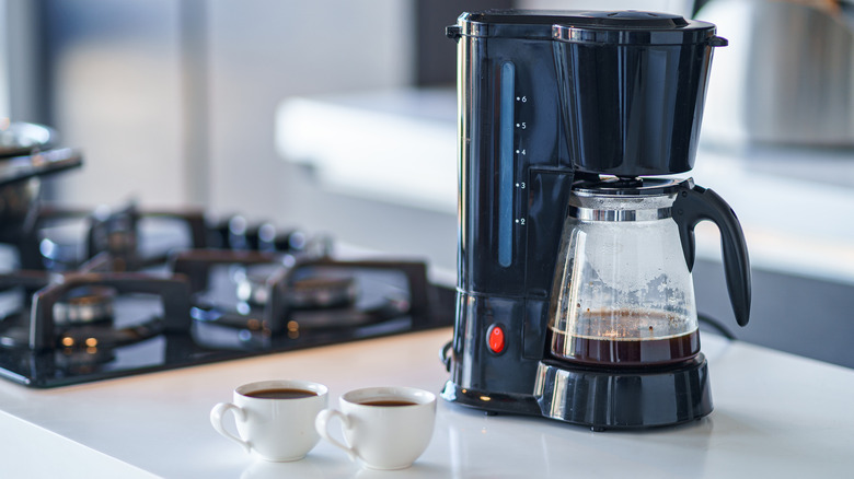 Drip coffee maker with two coffee cups