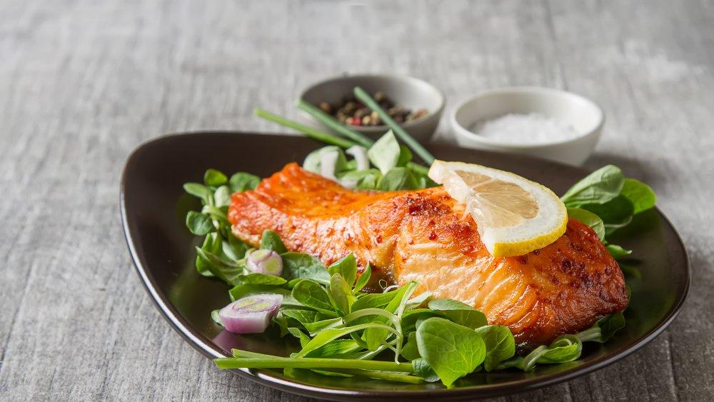 Grilled salmon with lemon garnish
