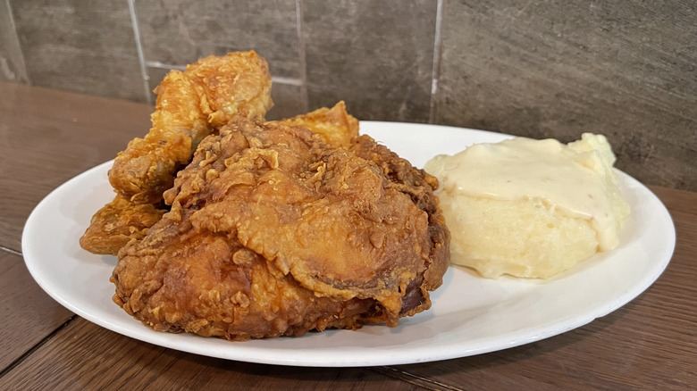 fried chicken traditional mashed potaotes dinner plate