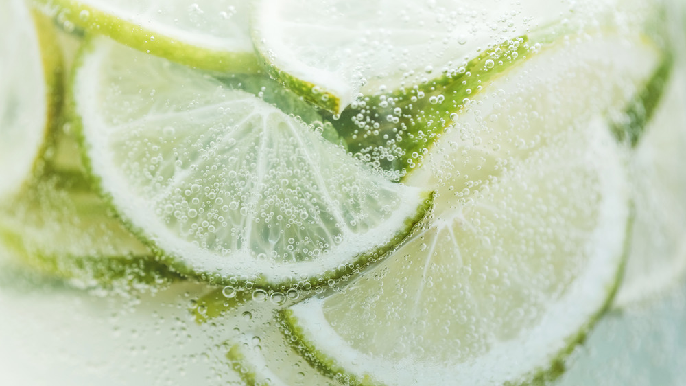 sparkling drink with limes