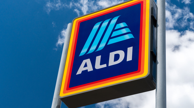 An Aldi sign against a blue sky