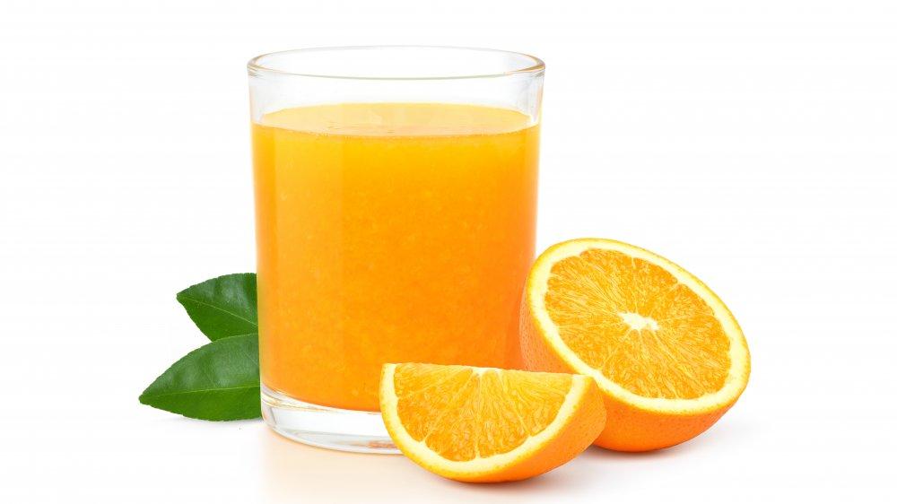 Orange juice with sliced oranges