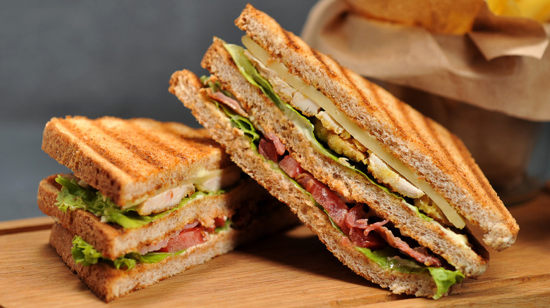 A sandwich with chicken and tomato