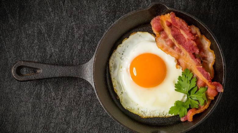 Eggs bacon cast iron skillet
