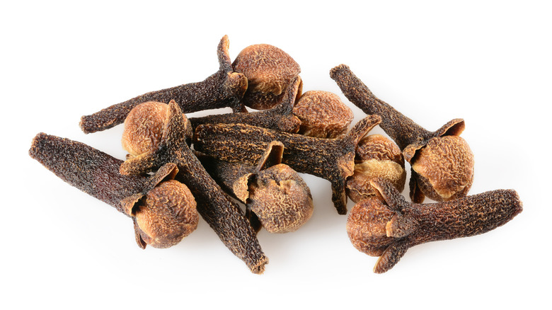 A little pile of dried, whole cloves