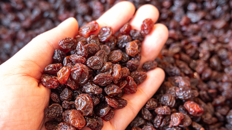 handful of raisins