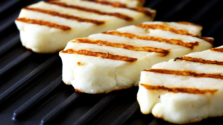 Grilled halloumi cheese slices