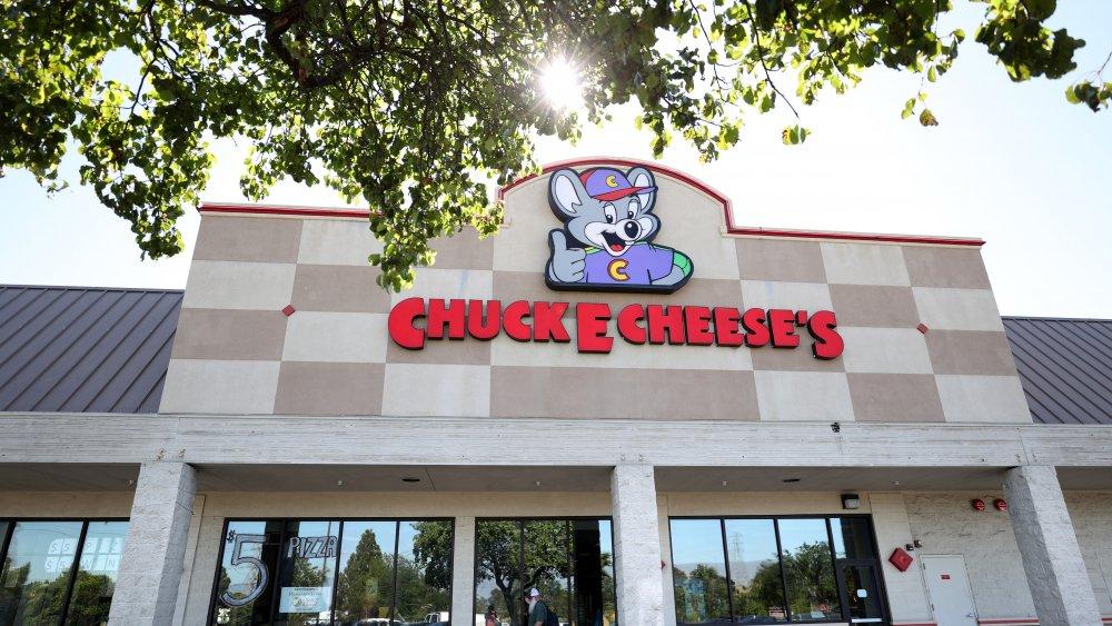 Chuck E Cheese signage