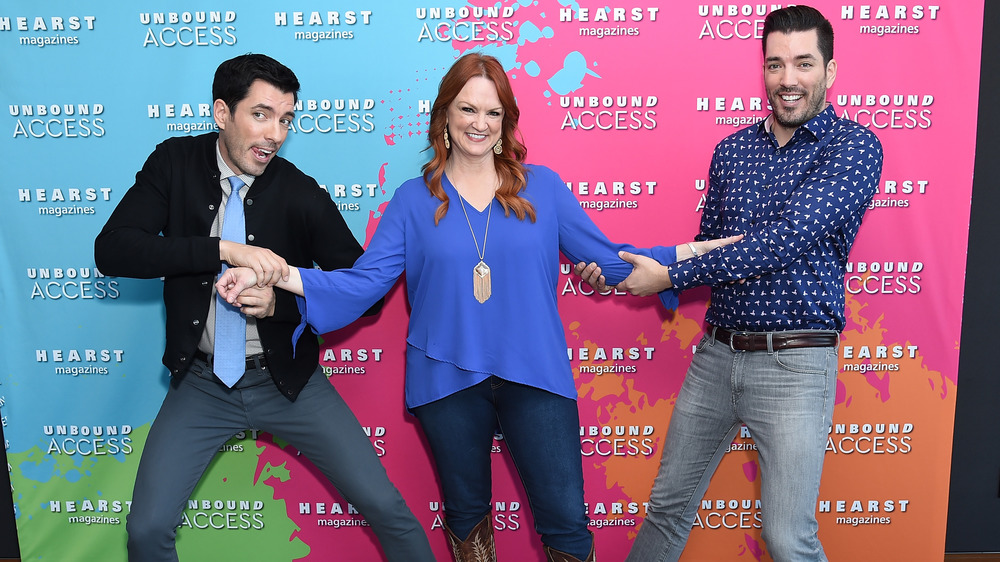 Ree Drummond flanked by Property Brothers