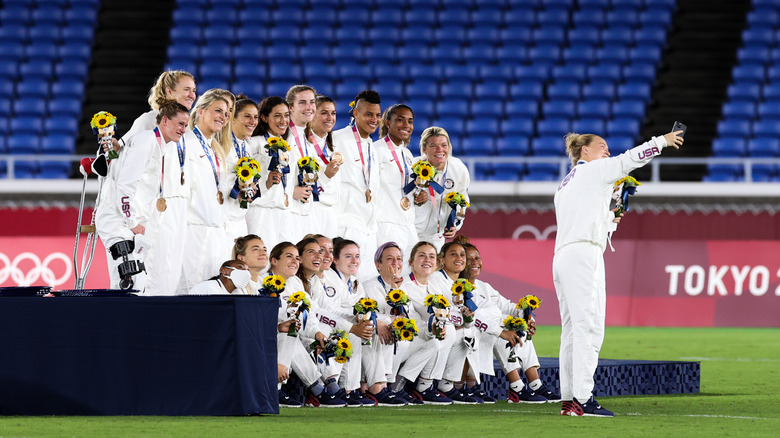 USWNT with soccer bronze medals