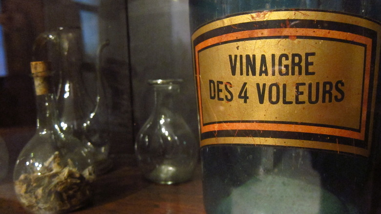 """A bottle for """"Four Thief Vinegar"""" (or """"Vinegar of the Four Thieves"""") at the Paul-Dupuy museum"""
