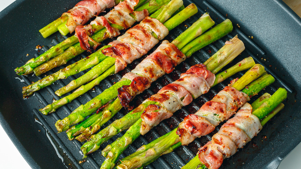bacon-wrapped asparagus on grill pan